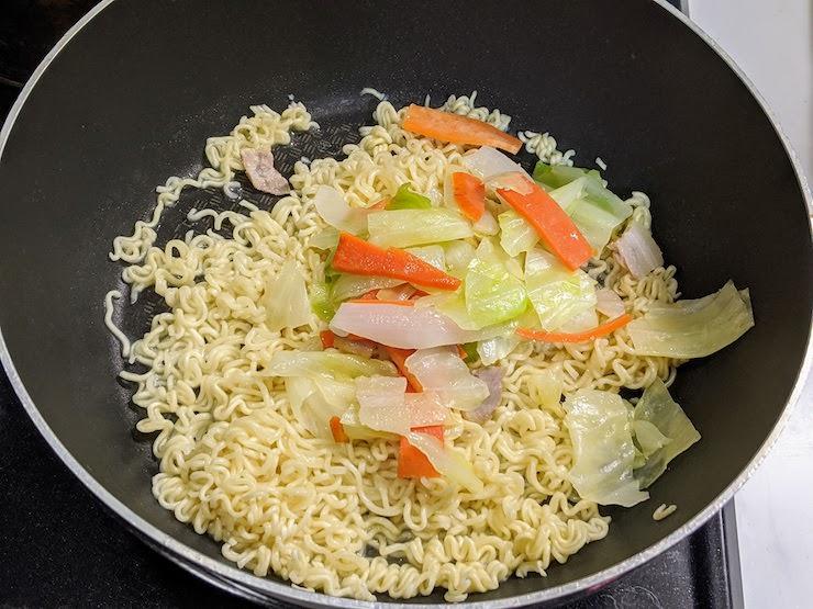 肉入りカット野菜を投入