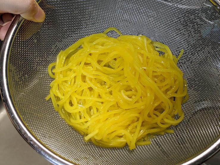 低たんぱく麺をザルにあげ冷水でしめます