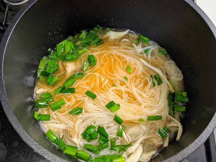 トムヤムスープを入れてかき混ぜます
