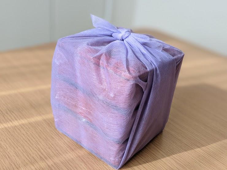 風呂敷に包まれたおせちの重箱