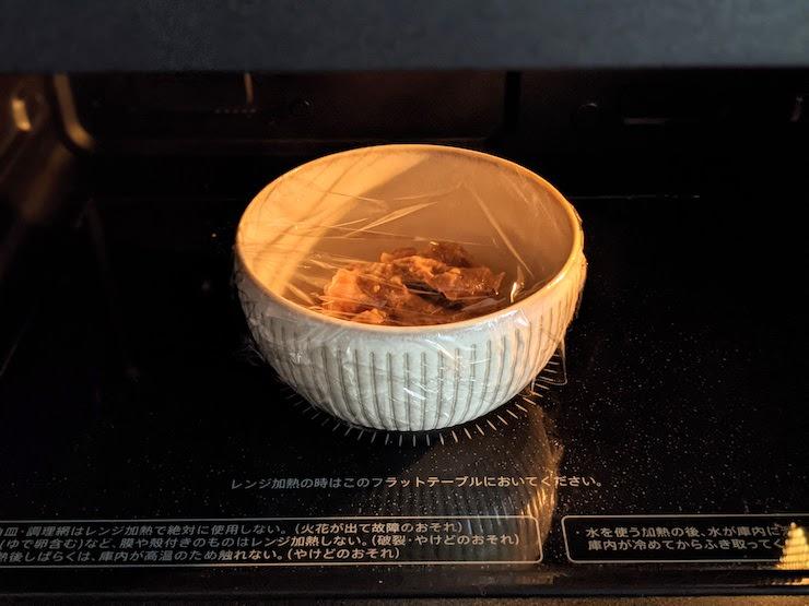 お皿に移し替えてレンジで温めます